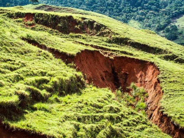 Erosão acelerada em área de pastagem na bacia hidrográfica do rio São Pedro, município de Macaé, estado do Rio de Janeiro. Foto: HugoAlves S. Loureiro, 2012.
